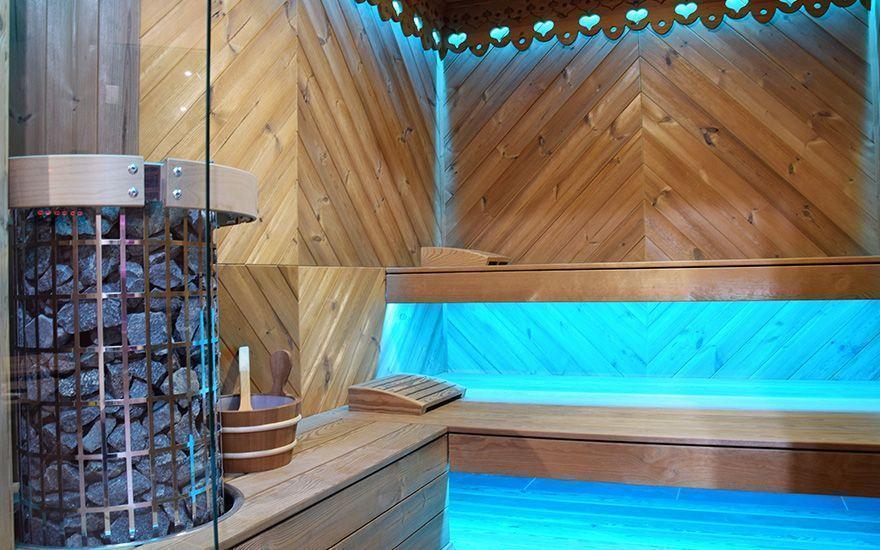sauna zniebieskim oświetleniem